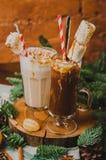 Traditionele hete chocolade twee met heemst en suikergoedstokken over witte hefboomhanddoek, donkere textuurachtergrond bovenkant Stock Afbeelding