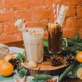 Traditionele hete chocolade twee met heemst en suikergoedstokken over witte hefboomhanddoek, donkere textuurachtergrond bovenkant Stock Afbeeldingen