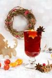 Traditionele hete drank in Kerstmistijd Kerstmis overwoog rode wijn met kruiden en vruchten stock fotografie