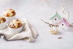 Traditionele hete dwarsbroodjes en Pasen-decoratie met leuk konijntje royalty-vrije stock afbeeldingen
