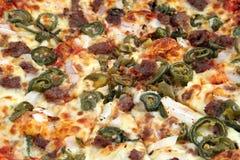 Traditionele hete en kruidige Italiaanse vleespizza Stock Foto