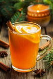 Traditionele hete toddy de winterdrank met kruiden Royalty-vrije Stock Foto