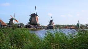 Traditionele Holland Windmills in Zaanse Schans, Nederland Toeristisch Dorp dichtbij Amsterdam met de windmolens en stock footage