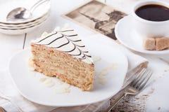 Traditionele Hongaarse Esterhazy-cake met koffiekop en uitstekende prentbriefkaaren Stock Afbeeldingen