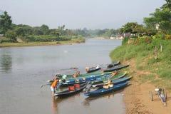 Traditionele houten boten in Vang Vieng in Laos royalty-vrije stock afbeelding