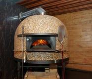 Traditionele houten-in brand gestoken pizzaoven Stock Foto's
