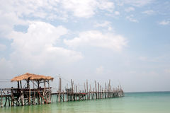 Traditionele houten brug op het strand stock afbeeldingen