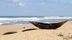Traditionele houten hand - gemaakte Afrikaanse/Van Madagascar vissersboot - piroga op het zandige strand van Indische Oceaan in M stock video