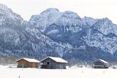 Traditionele houten hut in sneeuw, Alpen, Duitsland, zongloed, reflec royalty-vrije stock afbeeldingen