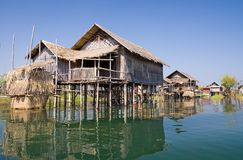 Traditionele houten stelthuizen bij het meer Inle Stock Foto