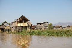 Traditionele houten stelthuizen op het Meer Inle Myanmar Stock Afbeelding