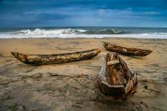 Traditionele houten visserijpirogues Stock Afbeeldingen