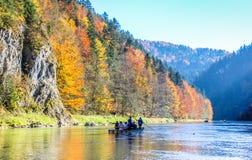 Traditionele houten Vlotboot met toeristen die langs Dunajec-rivierkloof drijven royalty-vrije stock fotografie