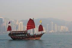 Traditionele Houten Zeilboot die in Victoria Harbour in Hong varen Stock Foto