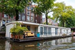 Traditionele huisboot op de kanalen van Amsterdam Stock Foto