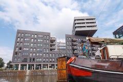 Traditionele huisboot op de kanalen van Amsterdam Stock Fotografie