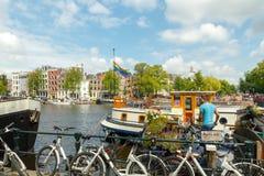 Traditionele huisboot op de kanalen van Amsterdam Royalty-vrije Stock Afbeeldingen