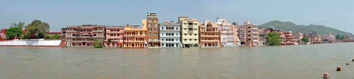 Traditionele huizen bij de rivier Ganges in Haridwar in India Royalty-vrije Stock Foto's