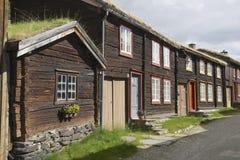 Traditionele huizen van de stad van kopermijnen van Roros, Noorwegen royalty-vrije stock fotografie