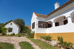 Traditionele huizen van Hongarije, dichtbij meer Balaton, dorp Salfold, 29 Augustus 2017 Stock Afbeelding