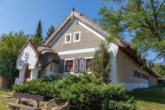 Traditionele huizen van Hongarije, dichtbij meer Balaton, dorp Salfold, 29 Augustus 2017 Stock Fotografie