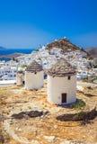 Traditionele huizen, windmolens en kerken in Ios eiland, Cycladen Royalty-vrije Stock Afbeeldingen