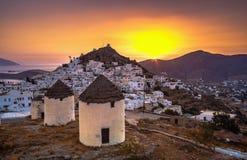 Traditionele huizen, windmolens en kerken in Ios eiland, Cycladen Royalty-vrije Stock Foto