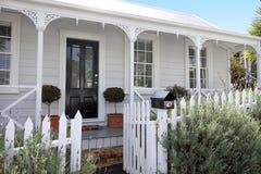 Traditionele huizenvoorzijde in voorstad in Auckland Nieuw Zeeland royalty-vrije stock afbeeldingen