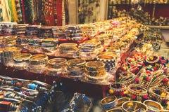 Traditionele Indische armbanden en armbanden bij de markt stock afbeeldingen