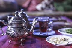 Traditionele Indische die thee in Theepot wordt gediend royalty-vrije stock foto