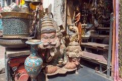 Traditionele Indische maskers in opslag met uitstekend meubilair, kunst en antiquiteiten Stock Foto's