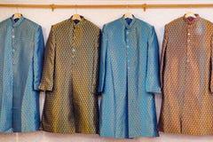 Traditionele Indische men& x27; s kleding voor verkoop Stock Fotografie