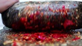 Traditionele Indische mixer, Indische manier om kruiden met de malende steen te malen stock video