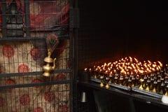 Traditionele Indische olielamp en vlammende kaarsen Royalty-vrije Stock Afbeeldingen
