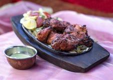 Traditionele Indische tandori van de voedselkip op plaat stock foto