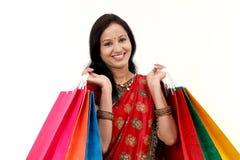 Traditionele Indische vrouwenholding het winkelen zakken Stock Foto's
