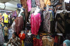 Traditionele Indonesische batikmarkt stock fotografie