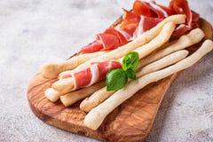 Traditionele Italiaanse antipastogrissini en prosciutto Stock Foto's