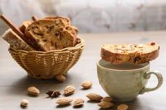 Traditionele Italiaanse biscottiamandel Cantuccini in een manddecor stock foto