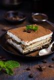 Traditionele Italiaanse desserttiramisu op blakeplaat Stock Foto