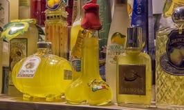 Traditionele Italiaanse likeur Limoncello van verschillende manufactur stock foto's