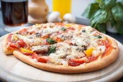 Traditionele Italiaanse pizza Stock Afbeelding