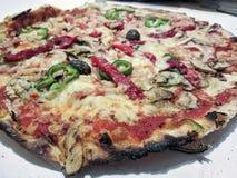 Traditionele Italiaanse pizza met groenten royalty-vrije stock afbeeldingen