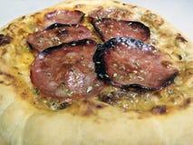 Traditionele Italiaanse pizza met salami royalty-vrije stock afbeeldingen