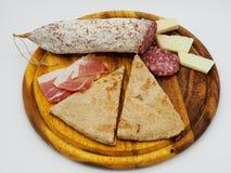 Traditionele Italiaanse tortaal testo en salami royalty-vrije stock foto