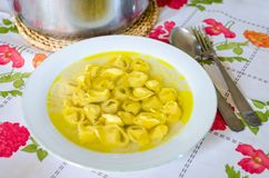Traditionele Italiaanse tortellini in brodo stock foto