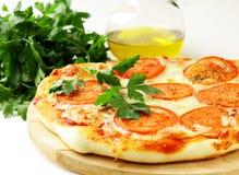 Traditionele Italiaanse voedselpizza met tomatensaus Stock Foto