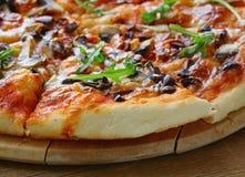 Traditionele Italiaanse voedselpizza met tomatensaus Stock Fotografie