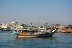 Traditionele jalibut dhow boten in de Arabische Golf voor visserij en toerisme, Doha, Qatar stock afbeeldingen