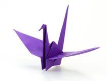 Traditionele Japanse die origamikraan van purper document wordt gemaakt Stock Afbeeldingen